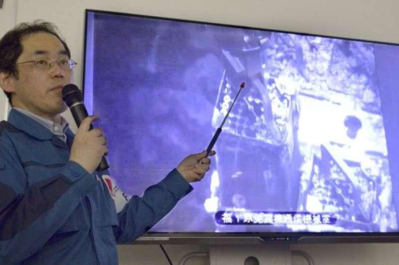 東京電力公司的一名官員介紹開始取出福島核電站燃料的工作。(BBC中文網)