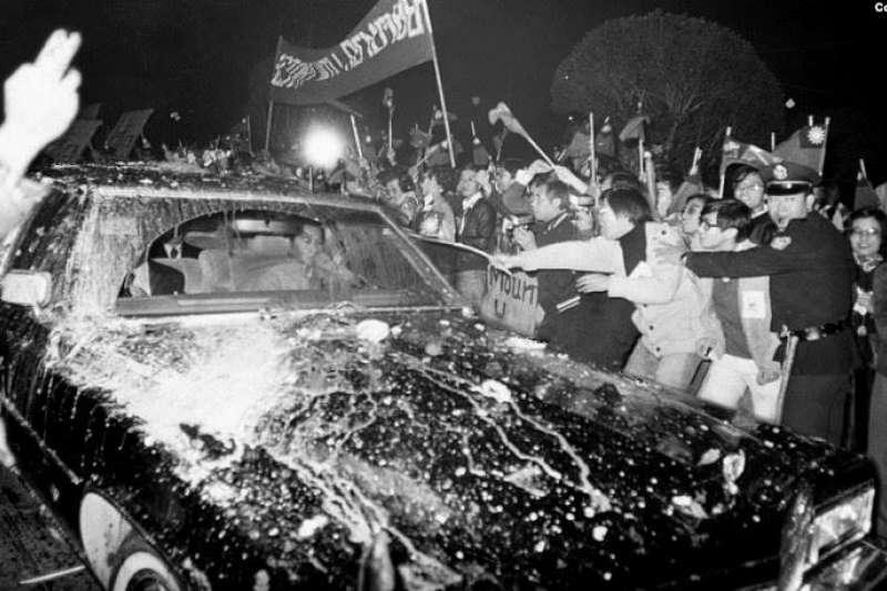 克里斯托弗座車遭台灣民眾「蛋洗」。(美國之音)