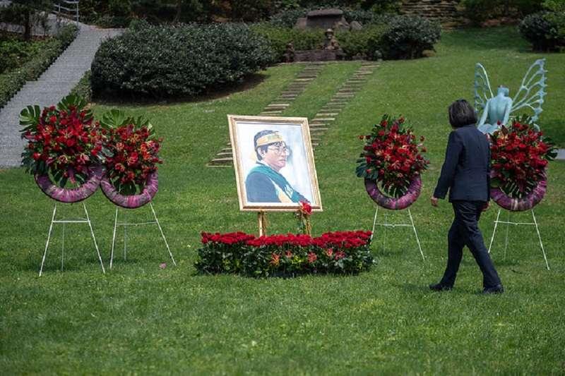 蔡英文總統出席鄭南榕追思紀念會,強調要確保言論自由和轉型正義走在正確的道路上。一周後,蔡政府將武統論學者驅逐出境。(總統府)