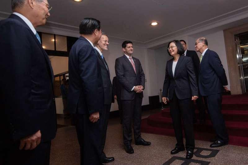藉AIT慶祝會,美眾院前議長萊恩(中)與蔡英文(右三)相見歡。(總統府提供)