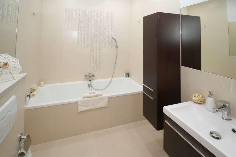 你知道自己租屋的浴室是用「儲熱型熱水器」還是「瞬熱型熱水器」嗎?(圖/pixabay)