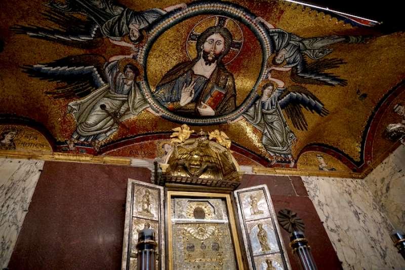 拜占庭馬賽克耶穌像與非人手繪聖畫 (曾廣儀攝)