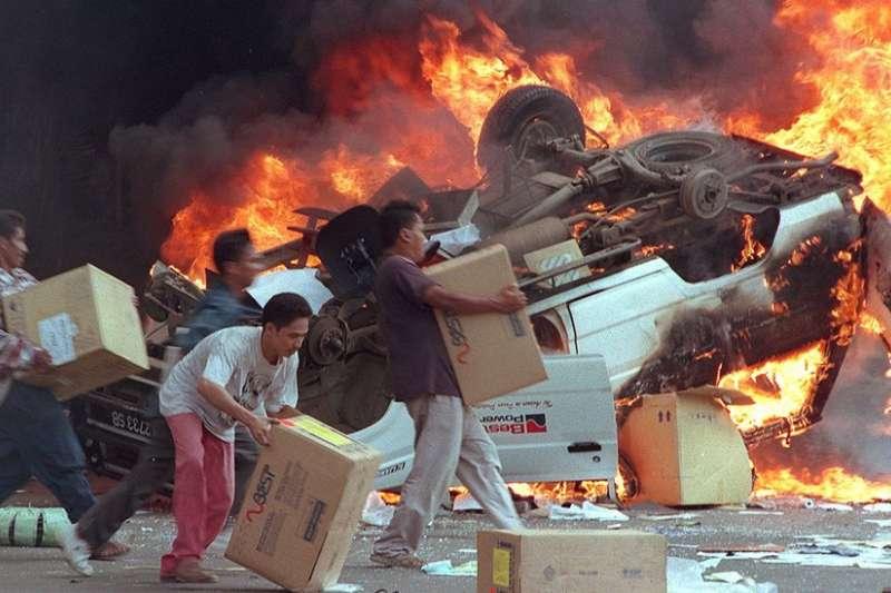 1998年雅加達騷亂期間,多家華人開設的商店被搶掠。(BBC中文網)