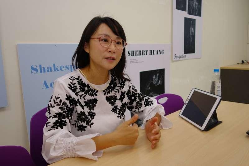 長年觀察國際事務的李欣欣副教授認為,學生學習跨文化溝通, 不僅開了眼界,也開了同理心。(圖/輔仁大學提供)