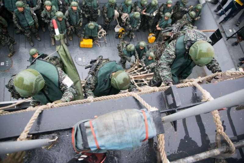 20190417-海軍陸戰隊66旅昨日在高雄左營軍區進行兩棲基地訓練,圖為官兵執行「濕網」攀爬。(取自軍聞社)
