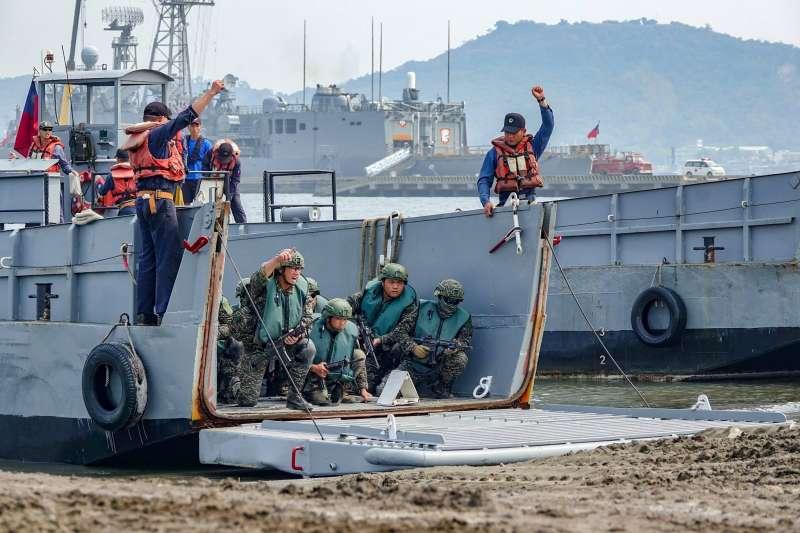 20190417-海軍陸戰隊66旅昨日在高雄左營軍區進行兩棲基地訓練,圖為官兵搭乘機械登陸艇演練搶灘登陸,並在岸際間演練各項戰術動作。(取自海軍官方臉書)