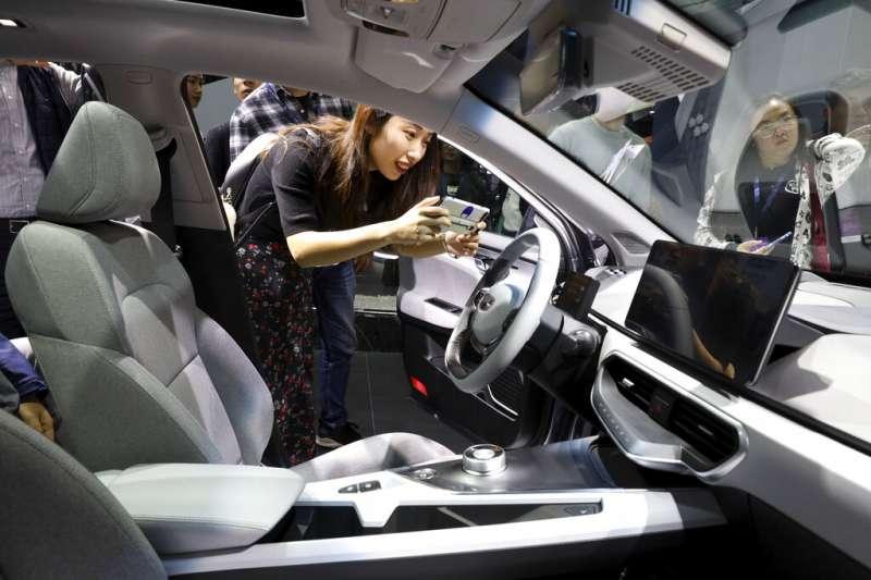 中國經濟,上海國際車展也可見到許多中國汽車身影,圖為吉利汽車的新款電動車。(美聯社)