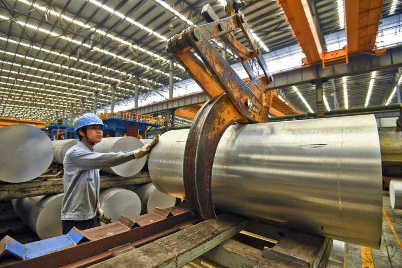 馬雲說「一天5個人跟我借錢」引發外界對中國經濟的疑慮。圖為廣西南寧的鋁廠。(資料照片,美聯社)