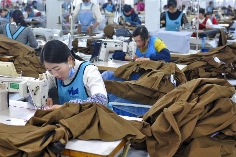 中國經濟,江蘇東海的成衣廠。(美聯社)