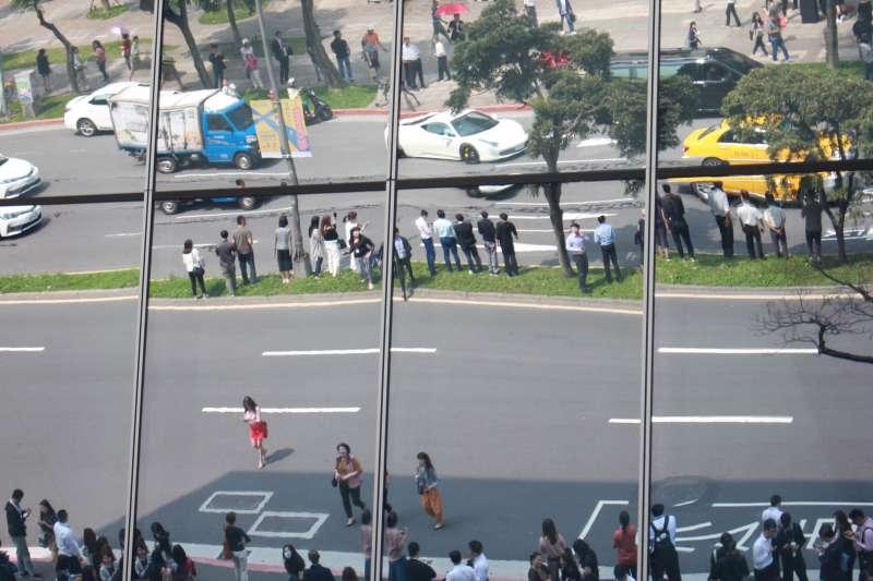 20190418-午時發生有感地震,台北市松仁路傳出道路龜裂,證實為柏油灑落,無安全顧慮。不少民眾聞訊後仍前往、直接穿越馬路於中央分隔島拍照觀看。(方炳超攝)