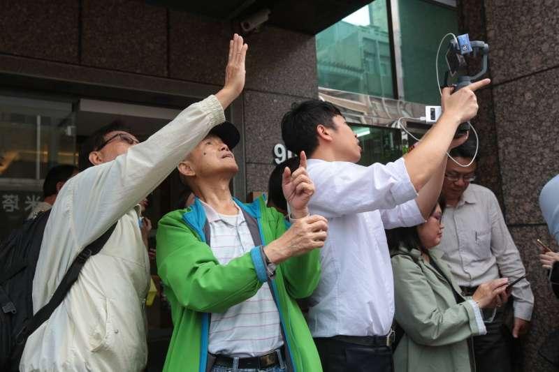 20190418-今(18)日下午1點01分爆發全台有感地震,台北市最大震度4級,位於台北市長安東路二段81號的大樓發生傾斜意外,現場有民眾圍觀。(顏麟宇攝)