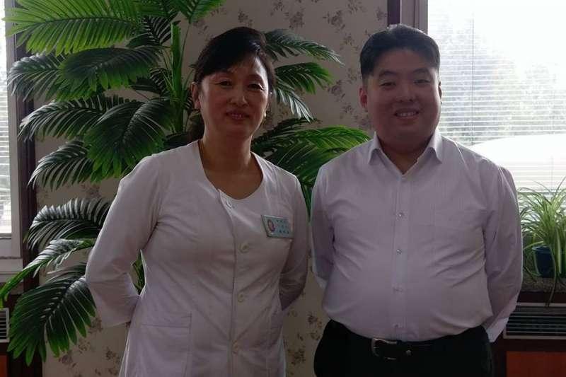 嫻熟北韓經貿與其國內事務的洪浩,在平壤蒼光院理髮廳內與店員合影(圖片來源:洪浩提供)