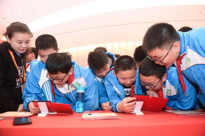 4月12日,小學生在第五屆中國數位閱讀大會主題展區體驗數位閱讀。(新華社)