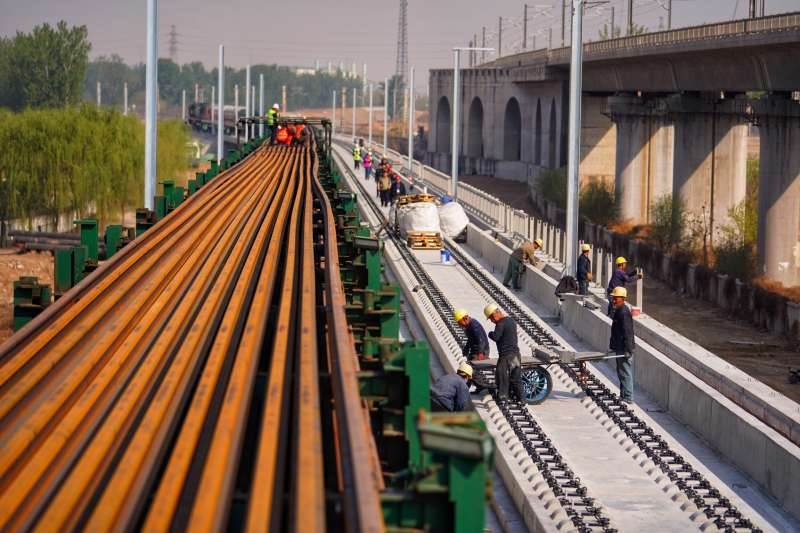 中鐵十二局集團的建設者在京雄城際鐵路李營段施工。(新華社)