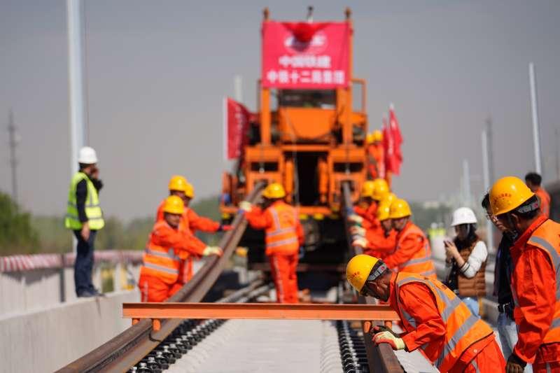 北京至雄安城際鐵路開始鋪軌。(新華社)