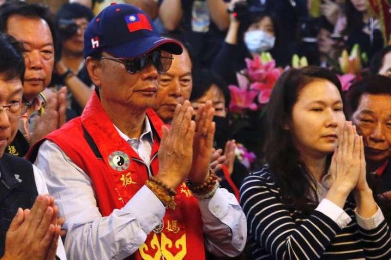 台灣首富郭台銘(戴帽者)17日在媽祖廟宣佈投入國民黨總統初選。(BBC中文網)