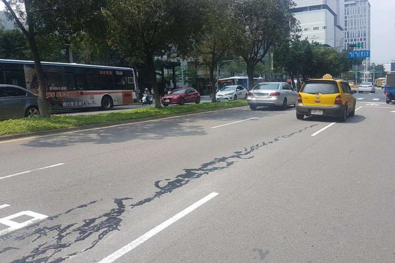 花蓮上月18日午時發生6.1地震,台北市松仁路誤傳道路龜裂,後證實為修補路面龜裂的填縫膠劑,無安全顧慮。(資料照,台北市政府提供)