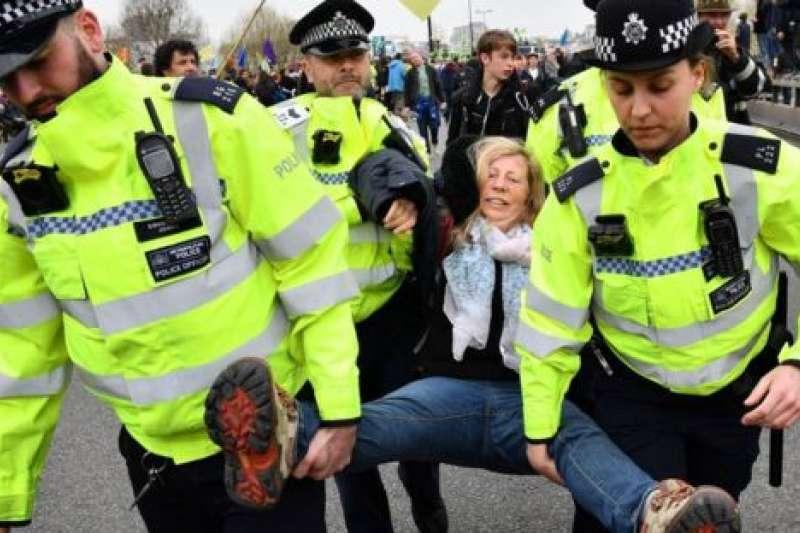 在泰晤士河上的滑鐵盧大橋,許多抗議者被警方逮捕。