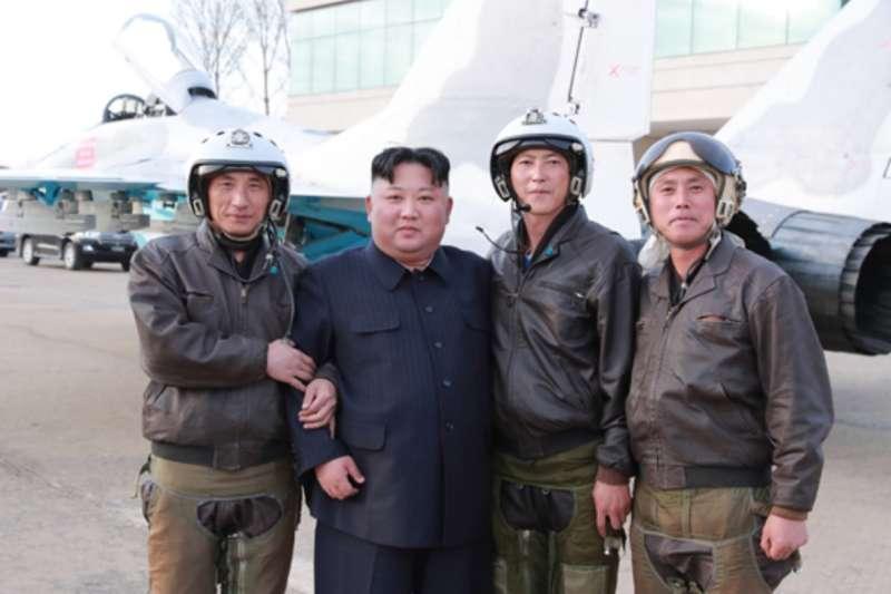 金正恩視察北韓空軍的1017部隊。(勞動新聞)