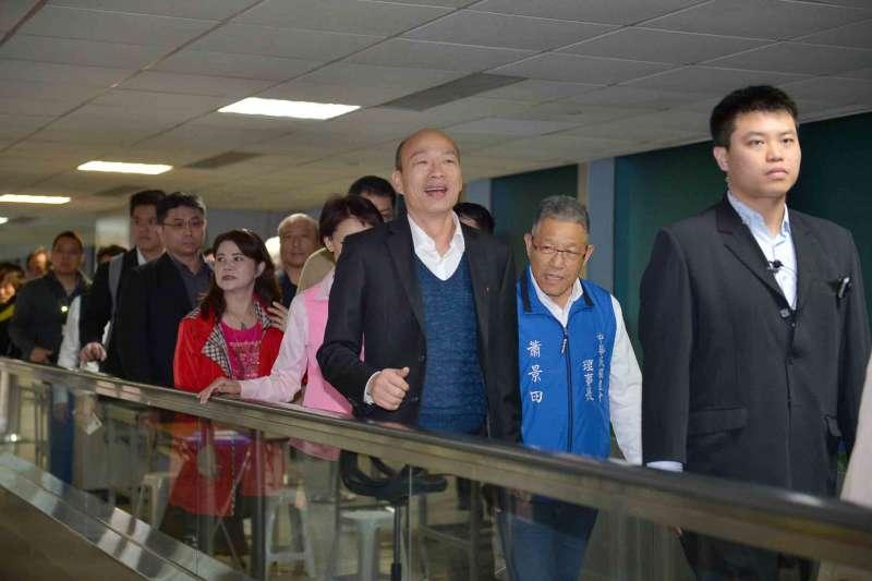 高雄市長韓國瑜18日結束9天訪美行程,清晨率市府團隊返抵台灣,帶回兩項MOU和在美僑胞210萬元的雙語教育捐款。(高雄市政府提供)