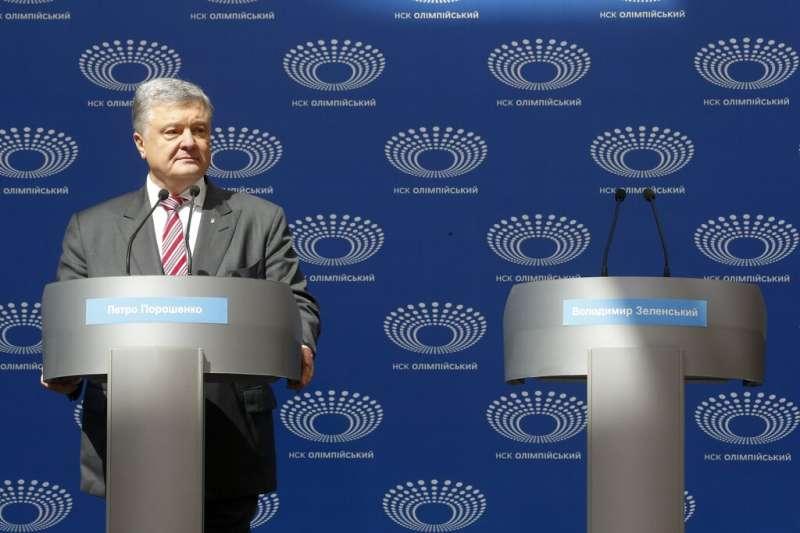 4月14日,烏克蘭現任總統波洛申科獨自參加總統候選人辯論會,另一名候選人喜劇演員哲連斯基「放鴿子」。(AP)