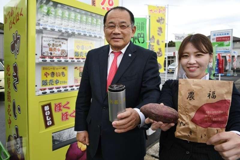 「農福烤番薯」與自動販賣機。烤番薯是從和光產業社長兒玉雄二(左)手持的罐子內取出,容器需返還。(圖/潮日本提供)