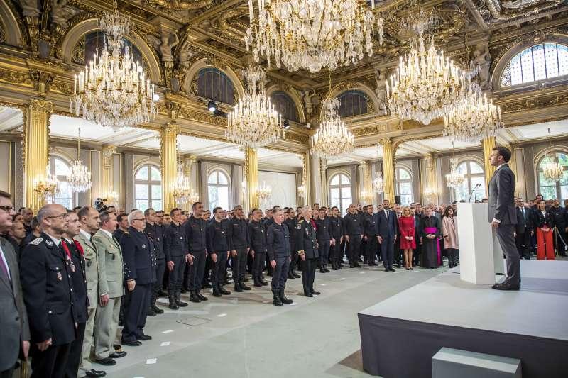 法國總統馬克宏於總統府接見表揚消防員。(AP)