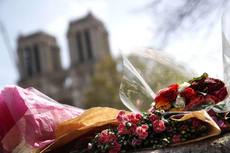 聖母院旁的紀念花束。(AP)