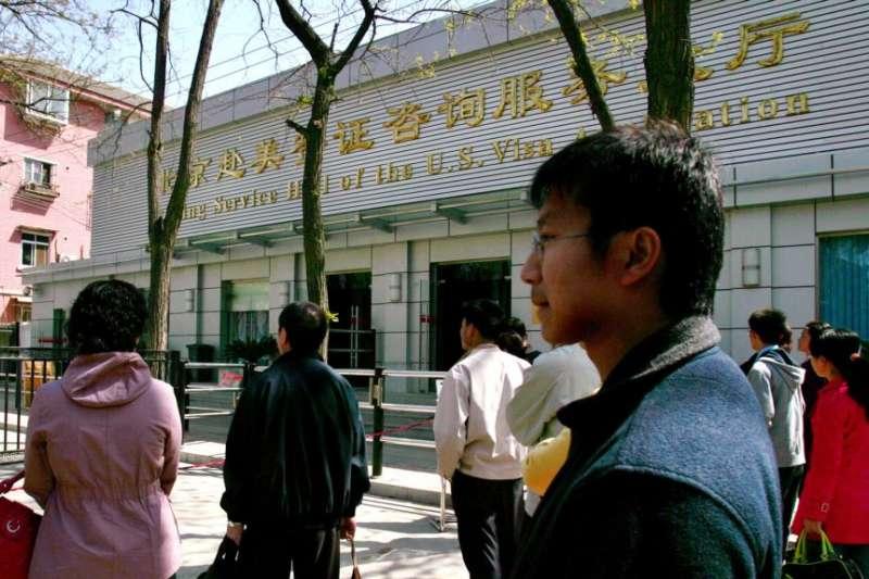 中國北京希望赴美的簽證申請者。(美國之音)