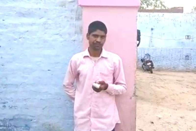 印度選民庫馬爾投票投錯了黨。他怒斷手指的照片和視頻在印度的社交媒體上瘋傳。(BBC)