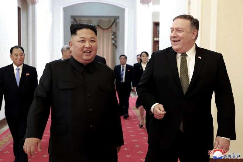 北韓領導人金正恩與美國國務卿龐畢歐。(美聯社)