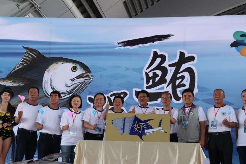 今年屏東第一鮪20日在東港魚市場進行拍賣,由縣長潘孟安擔任拍賣官,重達206.2公斤的「第一鮪」以每公斤新台幣8800元成交,總價逾181萬元,創下新高紀錄。(屏東縣政府提供)