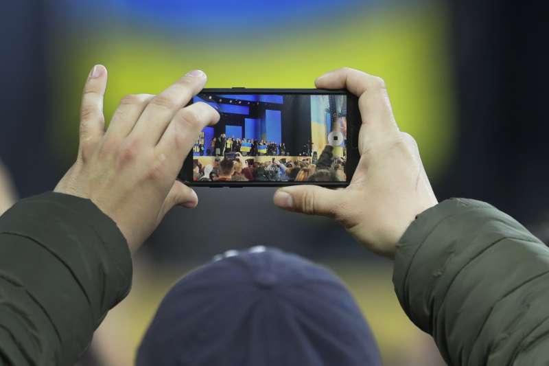 2019年烏克蘭總統大選辯論在基輔奧林匹克運動場舉行,湧入超過2萬人。(美聯社)