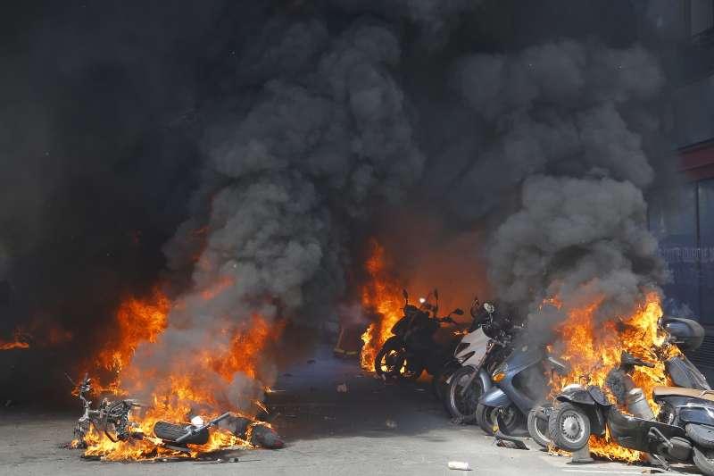 法國黃背心示威:抗議群眾縱火燒車(AP)