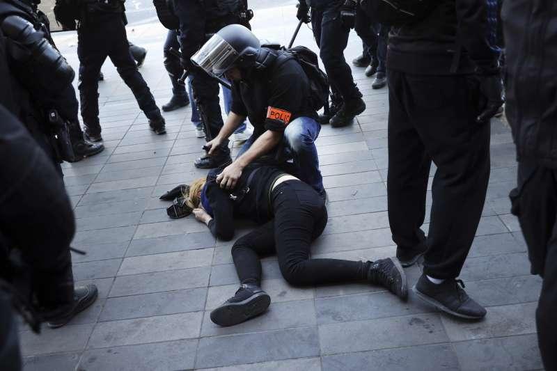 法國黃背心示威:警方逮捕200多名滋事分子(AP)