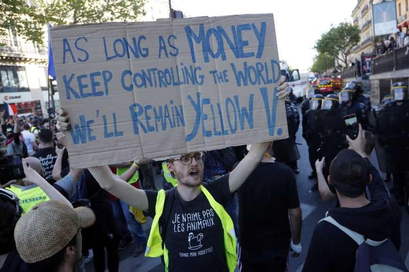 法國黃背心示威:民眾不滿富豪捐款重建巴黎聖母院,卻無視經濟不平等問題(AP)