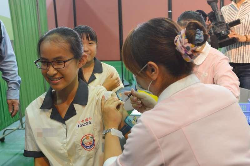 目前高中以下校園大多只有1名護理師,加上業務多、代理人難尋,造成她們有假不敢請、請不得的狀況。圖為護理師幫國中女生施打疫苗,與新聞個案無關。(資料照,雲林縣政府提供)