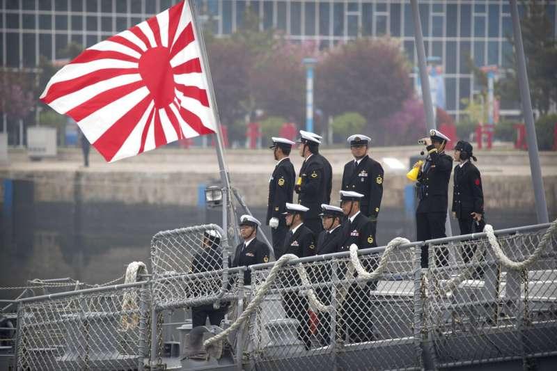 涼月號日本驅逐艦21日懸掛「旭日旗」抵達青島。(美聯社)