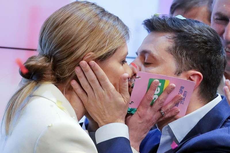 2019年4月21日,烏克蘭舉行總統大選第二輪決選,喜劇演員哲連斯基(Volodymyr Zelensky)當選後親吻妻子(AP)
