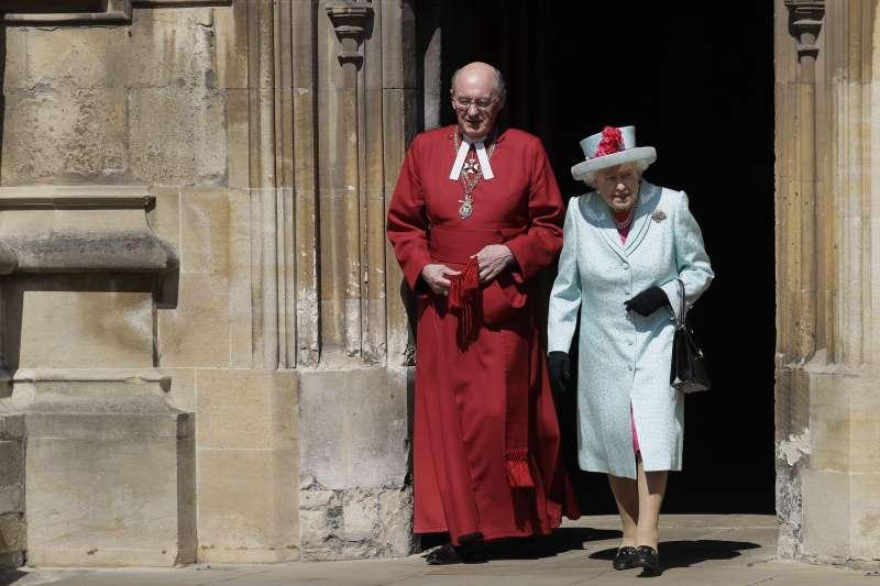 英國女王伊麗莎白二世在參加溫莎城堡聖喬治教堂的複活節馬丁服務後離開。(AP)