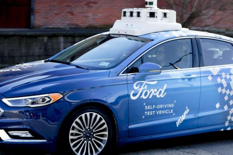 藍色的「Argo AI」自駕車。(AP)
