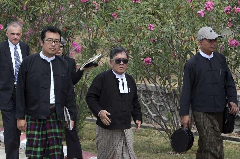 兩名記者的律師金蒙紹(中間戴墨鏡者)。(AP)