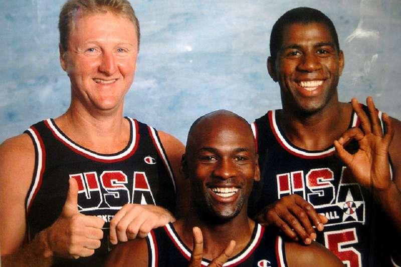 喬丹(中)與魔術強森(右)身價都在聯盟富豪榜上前3名。(美聯社)