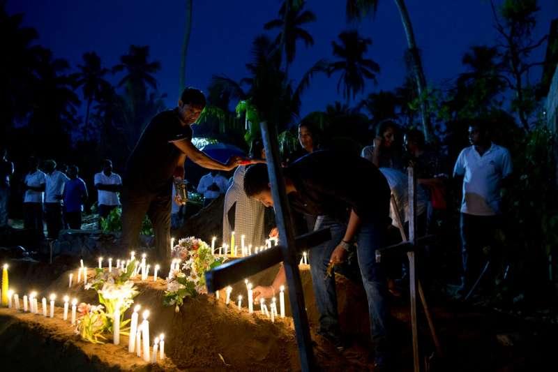 斯里蘭卡遭遇復活節恐攻,塞巴斯蒂安教堂(St Sebastian's Church)的死難者親友22日聚集悼念逝者。(美聯社)