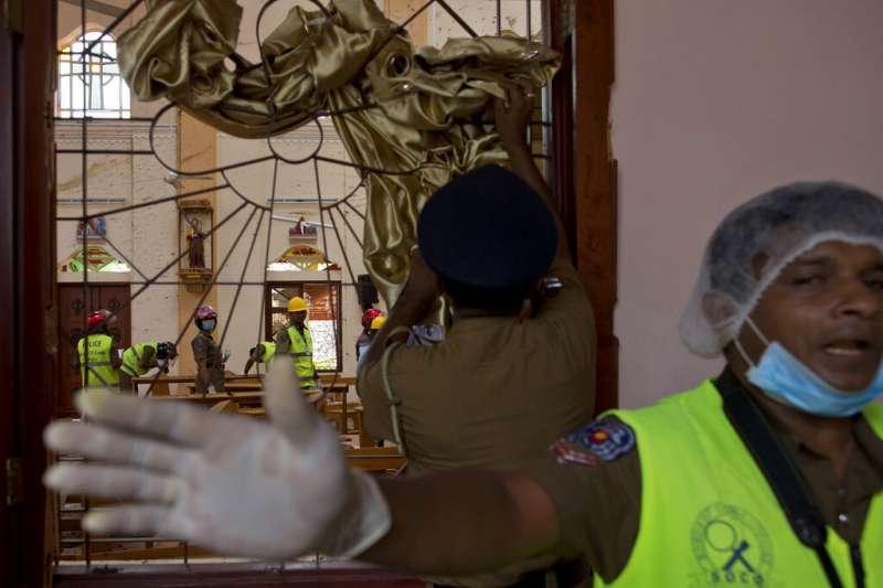 斯里蘭卡遭遇復活節恐攻,斯里蘭卡警方在爆炸現場之一的塞巴斯蒂安教堂(St Sebastian's Church)蒐證。(美聯社)