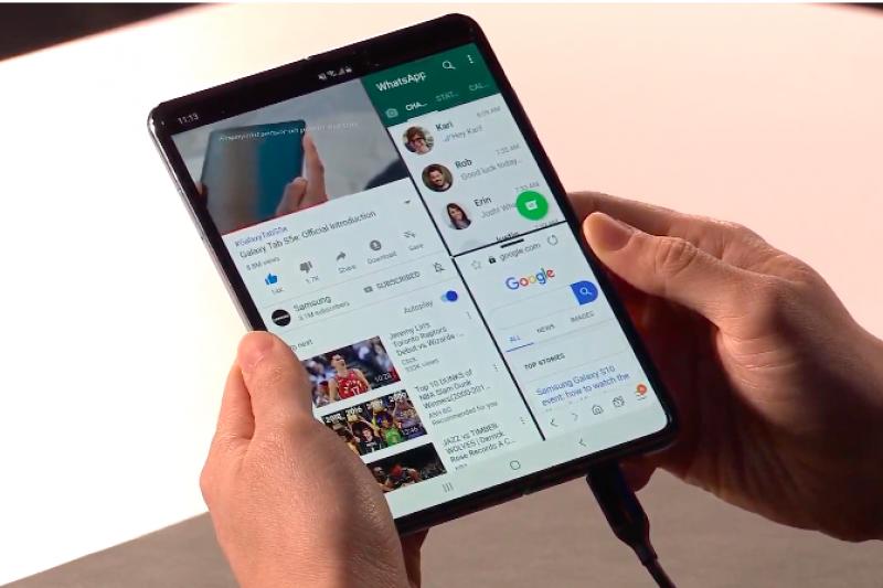 在三星折疊手機Galaxy Fold螢幕瑕疵風波後,三星今日發表聲明,將停止一切發表活動,手機將延期上市,並會加強進行內部測試。(圖/Samsung YouTube)