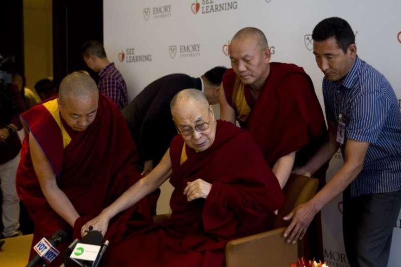 西藏精神領袖達賴喇嘛2019年4月14日在新德里與教育工作者對話。(美聯社)