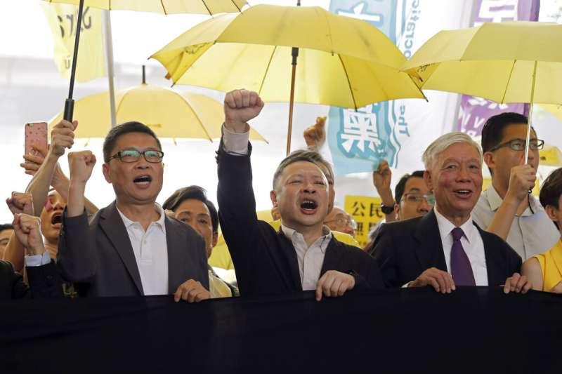 佔中三子陳健民、戴耀廷、朱耀明(由左至右)都遭當局逮捕審判。(美聯社)