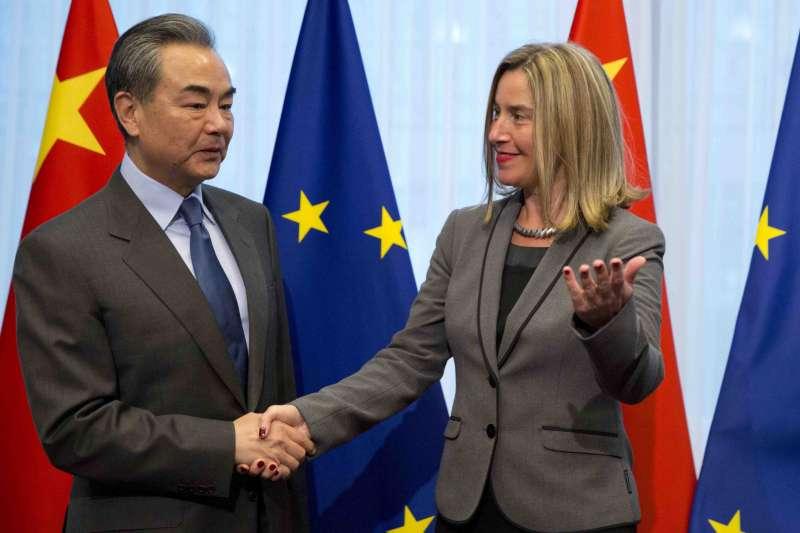 歐盟外長茉格里尼與中國外長王毅握手致意(AP)