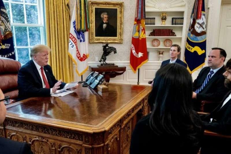 2019年4月23日美國總統川普在橢圓形辦公室會見推特首席執行官傑克・多爾西。(翻攝川普推特)